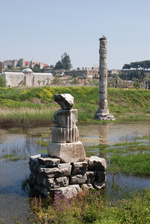 Cùng với ngôi đền là thành phố cổEphesus cũng bị chôn vùi theo năm tháng