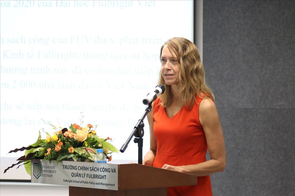 Bà Mary Tarnowka phát biểu chúc mừng Trường Chính sách Công và Quản lý Fulbright trong ngày đầu khai giảng