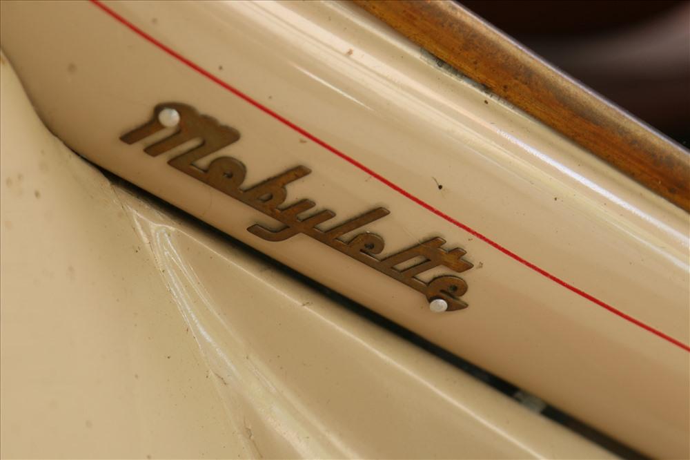 Chủ quán hiện đang trưng bày thêm một phân khúc khác của dòng xe Mobylette đó là dòng xe đạp máy Mobylette AV44. Đây là dòng xe cổ rất hiếm có từ thời Pháp thuộc. Có rất nhiều model Mobylette đã du nhập vào Việt Nam, nhưng những chiếc Mobylette AV44 như trong hình chiếm số lượng rất ít.