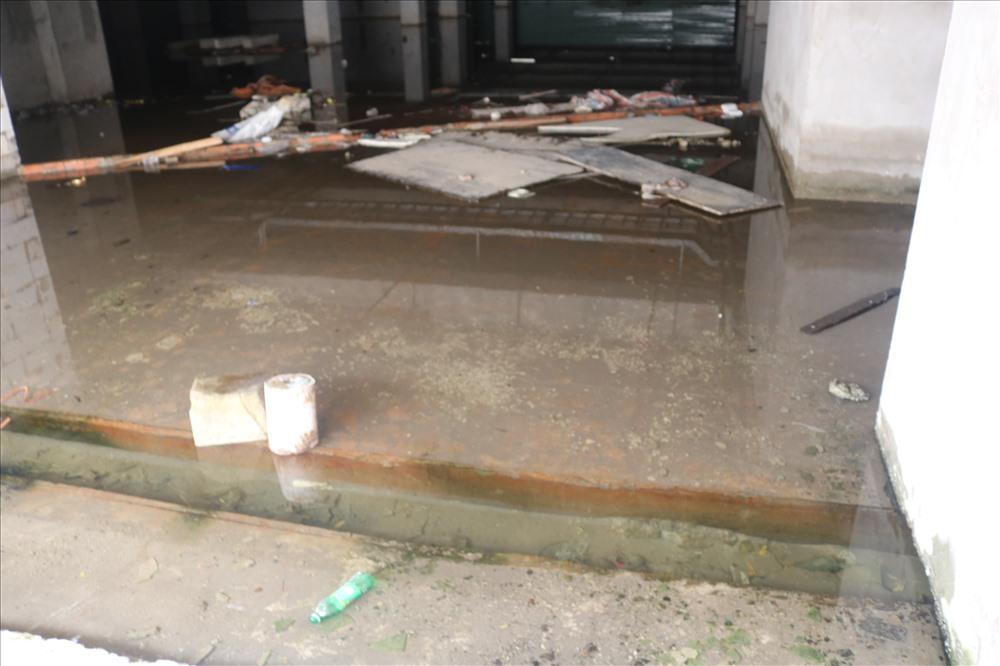 Khi PV Báo Lao Động đến ghi nhận tình hình thực tế tại công trình thì phát hiện tầng hầm của công trình  nước ngập lênh láng.