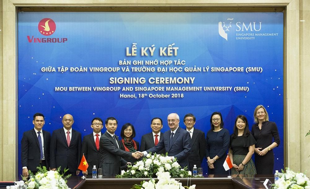 Ông Nguyễn Việt Quang (Phó Chủ tịch kiêm Tổng giám đốc Tập đoàn Vingroup) và ông Arnoud de Meyer, Chủ tịch trường Đại học SMU bắt tay trao đổi Bản hợp tác.