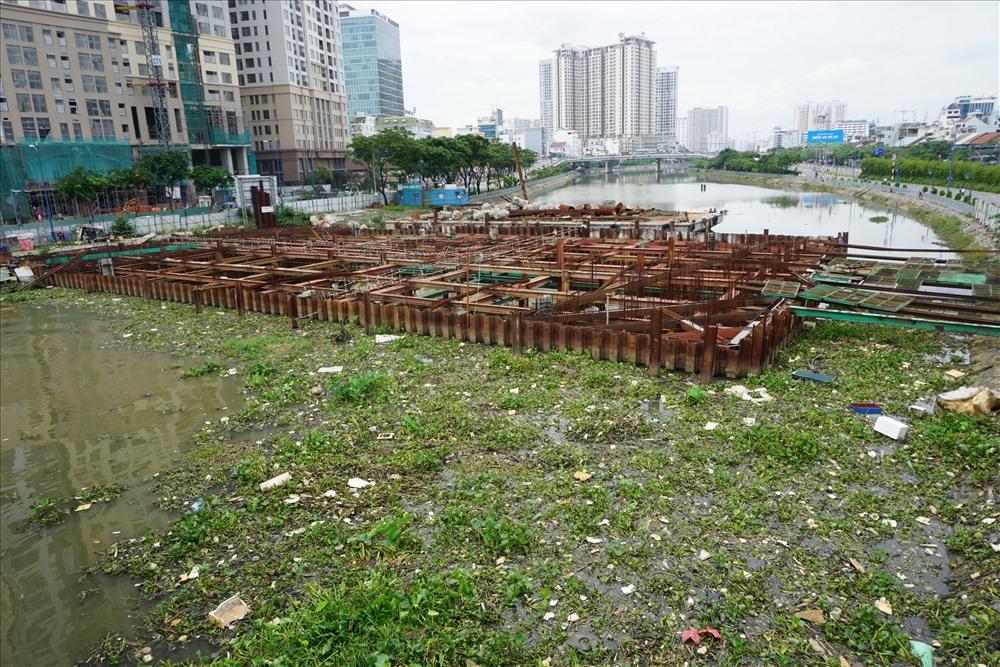 Cống ngăn triều Bến Nghé - 1 trong 6 cống ngăn triều của dự án chống ngập bị dừng thi công ảnh hưởng đến môi trường xung quanh.