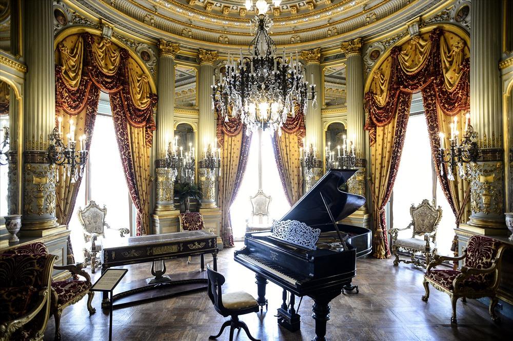 Đây là phòng âm nhạc nơi diễn ra các buổi biểu diễn và dạ vũ. Trần nhà được dát vàng, bạc, kèm thêm các chi tiết trang trí với motif âm nhạc. Tên các nhà soạn nhạc nổi tiếng cũng được viết trên trần nhà.