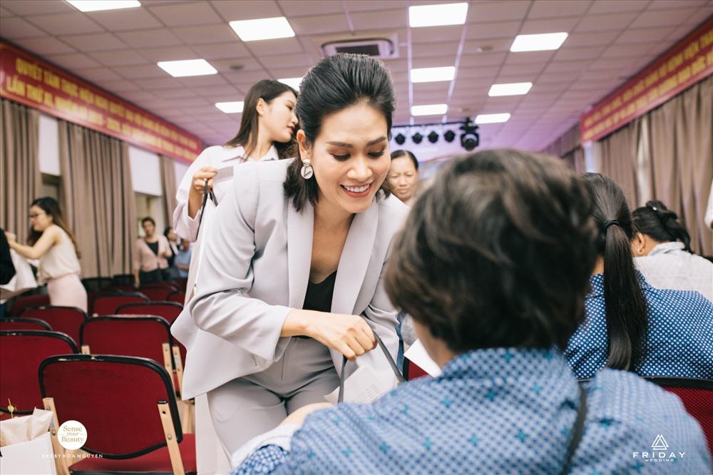 Diễn viên Hà Hương là một trong những nghệ sĩ tích cực tham gia các hoạt động từ thiện.