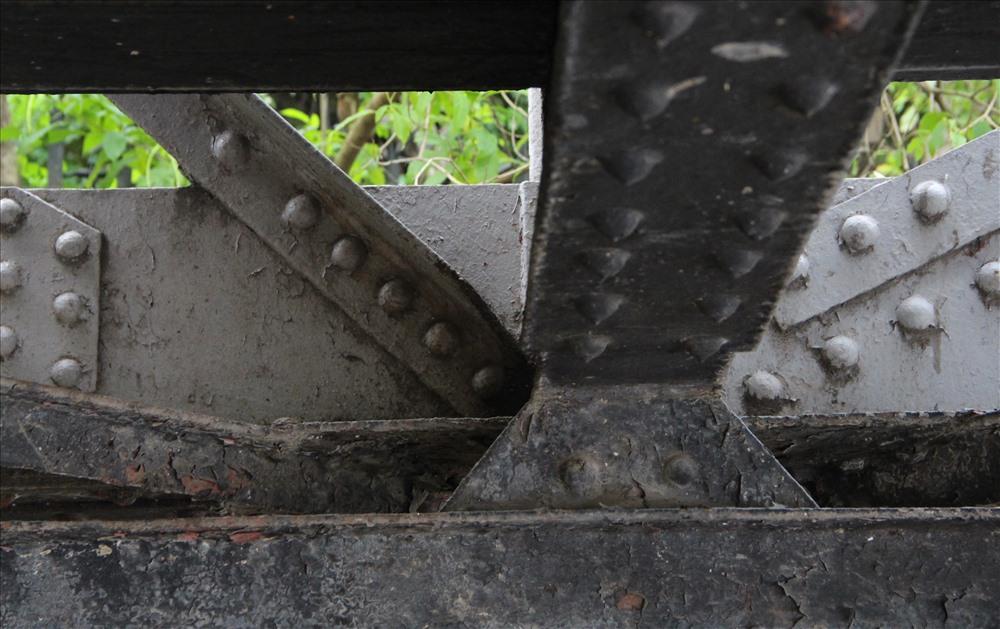 Những kết cấu dưới gầm cây cầu sắt trăm tuổi.