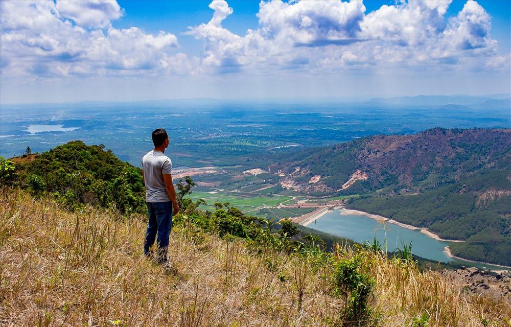 Giữa sự hùng vĩ và bí ẩn của núi rừng, hồ thủy lợi được xây dựng ngay dưới chân núi Chư Nâm. Từ đây nhìn về phía Pleiku, một vùng trũng màu mỡ hiện ra với màu vàng tít tắp của lúa nước. Cách đó không xa thấp thoáng những ngôi nhà của người J'rai nhỏ bégiữa màu xanh của cà phê, hồ tiêu... Ảnh: Chu Thế Dũng