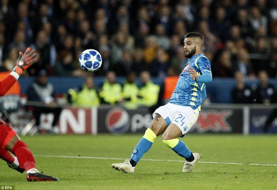 Insigne ghi bàn mở tỷ số cho Napoli. Ảnh: EPA.