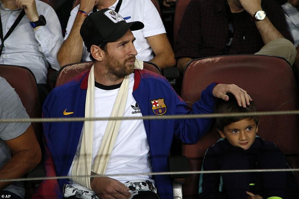 Messi chăm chú theo dõi trên khán đài. Ảnh: AP.