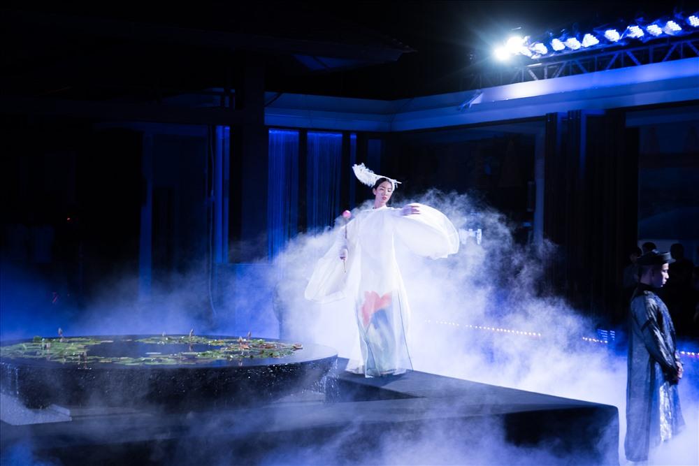 Trang Phạm đẹp ma mị, thể hiện khả năng múa điêu luyện trong không gian tổ chức tại Laguna Lăng Cô (Huế).