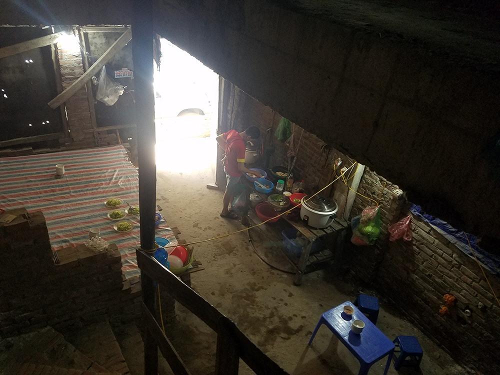 """Tay thoăn thoắt nấu ăn phục vụ cho 20 người trong đoàn công nhân của mình, ông N.H.K (64 tuổi, quê Bắc Giang) cho biết: """"Tôi và anh em trong đội thợ xây đã ở đây được hơn 1 năm. Kế bên có nhiều đội thợ  ở các nơi khác cũng đến đây ở tạm. Chúng tôi được chủ thầu thuê cho trọ tạm ở đây, không mất tiền nhà và điện nước. Tuy cuộc sống tạm bợ nhưng công nhân có chỗ ăn chỗ nghỉ nên chúng tôi chấp nhận""""."""
