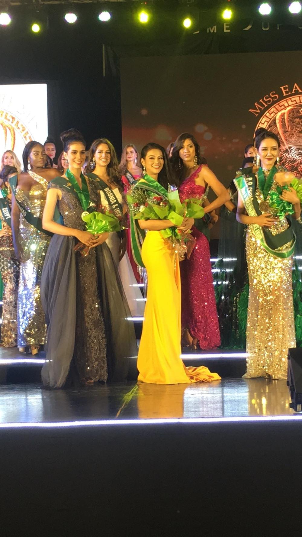 Đại diện Việt Nam, Nguyễn Phương Khánh tiếp tục xuất sắc giành Huy chương vàng phần thi dạ hội Miss Earth 2018.