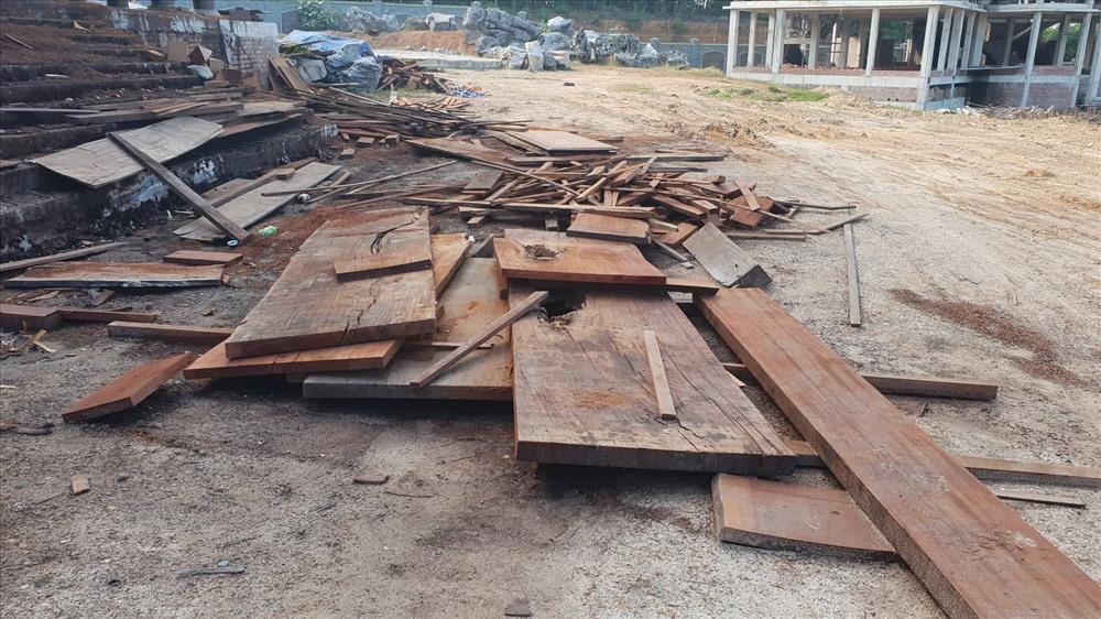 Nhiều thớ gỗ lim vứt ngổn ngang phục vụ quá trình hoàn thiện ngôi nhà.