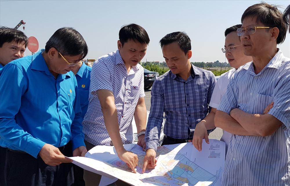 Đồng chí Trần Thanh Hải, Phó Chủ tịch Thường trực Tổng LĐLĐ Việt Nam thăm quan khu đất dự kiến tỉnh xây dựng Khu thiết chế công đoàn tại Ninh Bình. Ảnh: NT