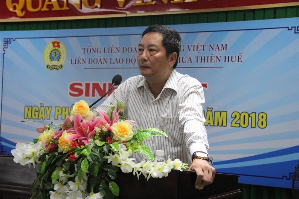 Ông Trương Công Khả - Trưởng phòng Khai thác và thu nợ BHXH tỉnh báo cáo tại buổi sinh hoạt. Ảnh: PĐ.