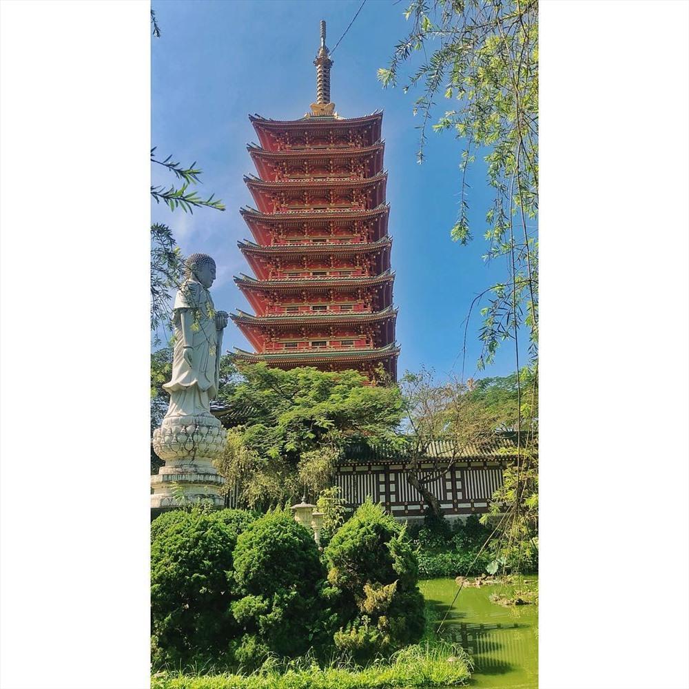 Sân chùa được trang trí bằng những tiểu cảnh, hồ nước, cây xanh tạo nên vẻ đẹp hài hòa cho không gian trang nghiêm của chùa.Ảnh:jayphananh
