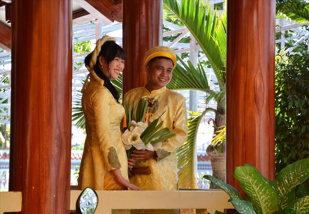 Ngày nay, đình không chỉ đón du khách đến tham quan, tín ngưỡng mà còn là điểm để các cặp đôi trẻ đến chụp ảnh cưới. Ảnh: Lục Tùng