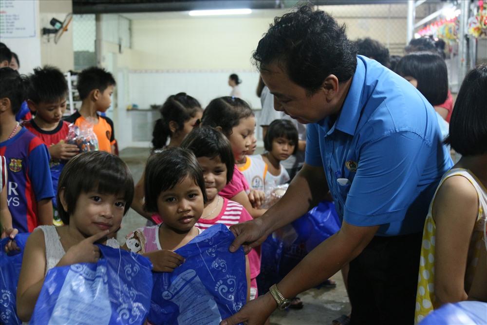 Lãnh đạo LĐLĐ quận Bình Thủy tận tay trao quà cho các em nhỏ. Ảnh: BT