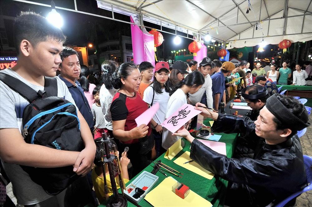 CLB Thư pháp Đông Hồ (TP. Rạch Giá) chữ thư pháp Việt cho người dự lễ hội. Ảnh: Lục Tùng