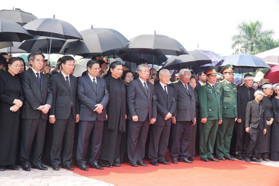 Các đồng chí lãnh đạo, nguyên lãnh đạo Đảng, Nhà nước mặc niệm nguyên Tổng Bí thư Đỗ Mười. Ảnh: ĐCSVN