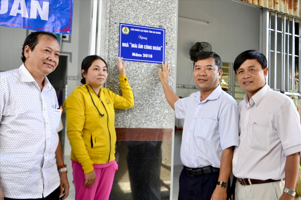 Thực hiện nghi thức gắn biển Mái ấm Công đoàn cho gia đình chị Huỳnh Thị Hồng Hạnh. Ảnh: Lục Tùng
