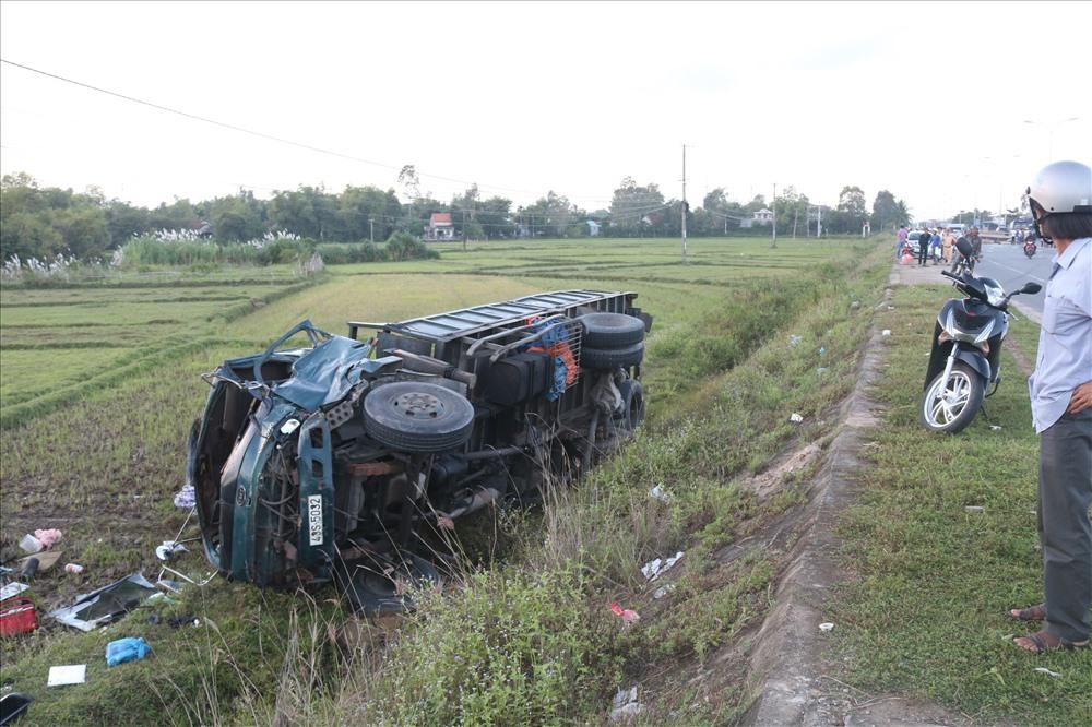 Xe tải 43S-5032 bị lật nghiêng xuống ruộng sau cú va chạm. Ảnh: Đ.V