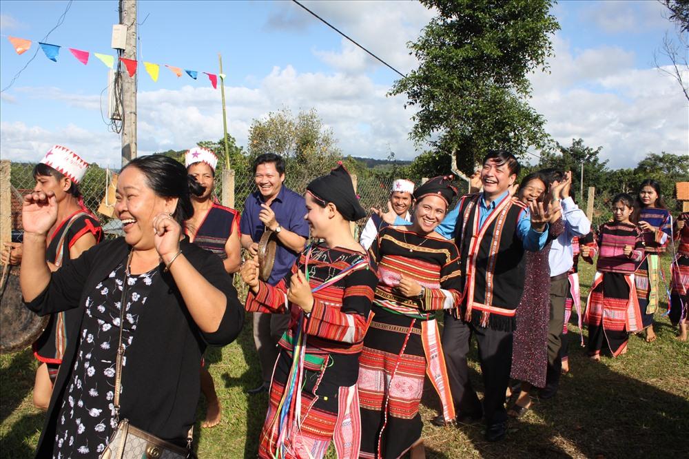 ... Hòa cùng điệu múa truyền thống với bà con dân bản của thôn. Ảnh: Đình Văn