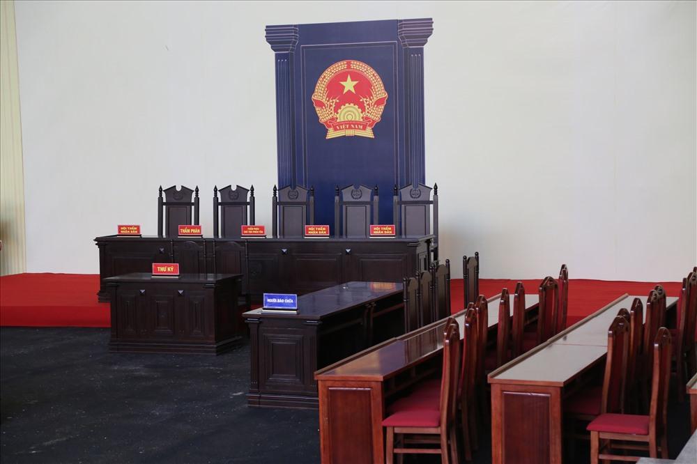 10 ngày qua, gần hết cán bộ, nhân viên tòa được huy động để dọn dẹp; sắp xếp, lắp đặt bàn ghế, trang thiết bị.