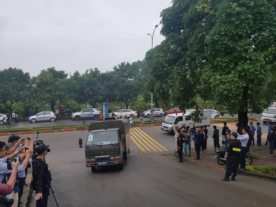 Đoàn xe chở ông Phan Văn Vĩnh và các đồng phạm được đưa đến phiên tòa.