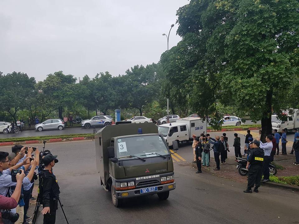 Sáng nay (12.11), TAND tỉnh Phú Thọ mở phiên tòa xét xử sơ thẩm vụ án đánh bạc nghìn tỉ xuyên quốc gia. Khoảng 7h15 ngày 12.11, đoàn xe chở ông Phan Văn Vĩnh - cựu Tổng cục trưởng Tổng cục Cảnh sát và các bị cáo đã đi thẳng vào cổng tòa án. Lực lượng an ninh lúc này được thắt chặt.