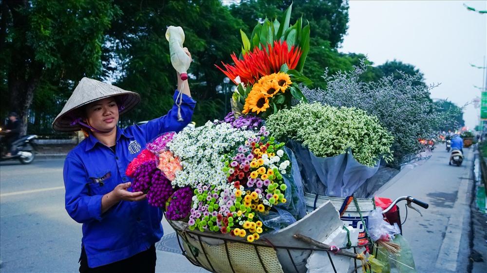 Chiếc xe chở hoa cúc họa mi như tô điểm thêm cho phố phường Hà Nội.