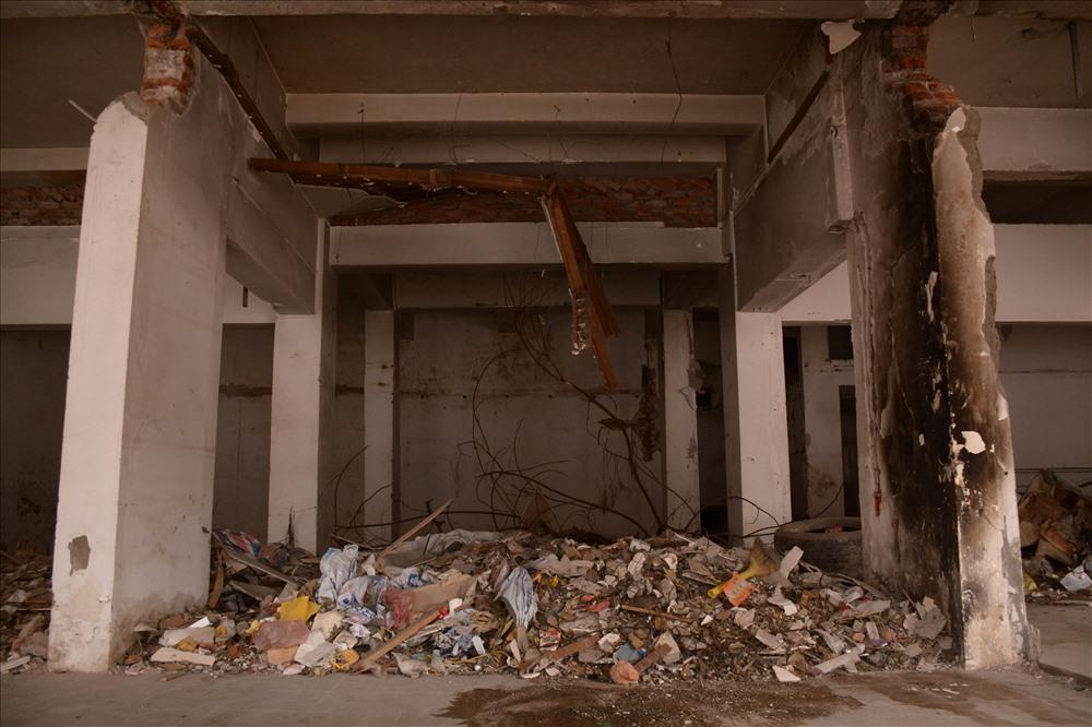 """Việc bỏ hoang, không có công tác quản lý bảo vệ khiến đây trở thành địa điểm """"lý tưởng"""" cho việc hút chích, thả rác, gom phế thải... trong nhiều năm."""