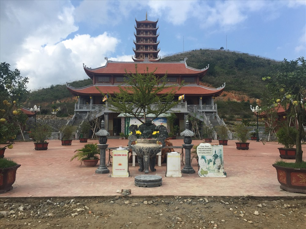 Bức tượng Phật được đặt ngay cổng chính tạo sự uy nghiêm khi bước vào chùa. Ảnh: V.C