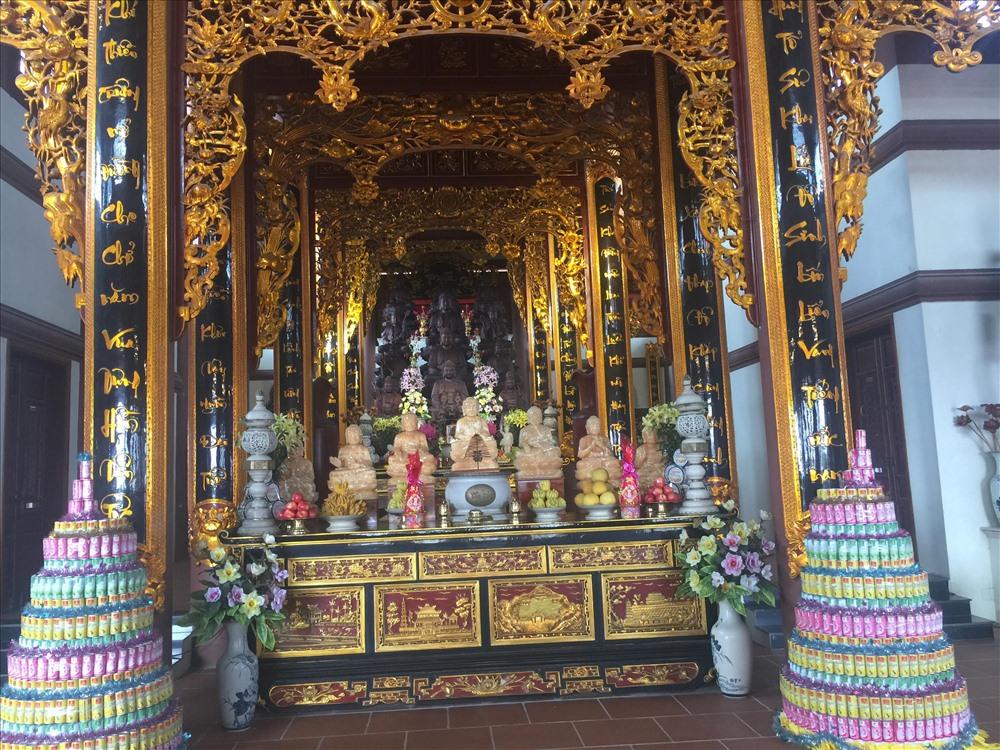 """Chùa tôn thờ Đức Phật Mẫu Đại Tuệ, còn có tên gọi khác: Chùa Cao, chùa Đại Huệ. Theo thượng tọa Thích Thọ Lạc - trụ trì chùa giải thích: """"Trí tuệ là cội nguồn là mẹ sản sinh ra chư Phật"""". Ảnh: Điện thờ nghiêm trang tại chánh điện chùa Đại Tuệ với những bức tượng Phật được làm bằng hồng ngọc nguyên khối."""