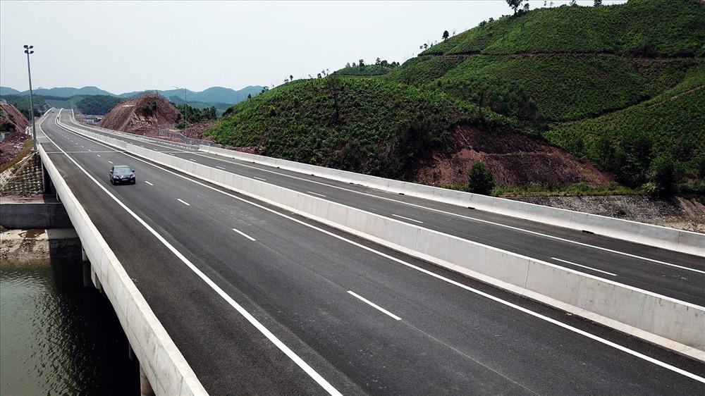 Cao tốc Hạ Long - Vân Đồn là tuyến huyết mạnh giúp khu kinh tế trọng điểm Vân Đồn bứt phá trong nay mai. Ảnh: T.N.D