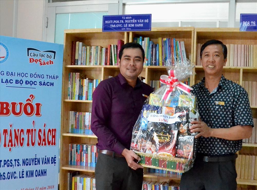 ThS Trần Văn Phúc ( phải ảnh) trao giỏ quà cho Góc thực phẩm nghĩa tình. Ảnh: Lục Tùng