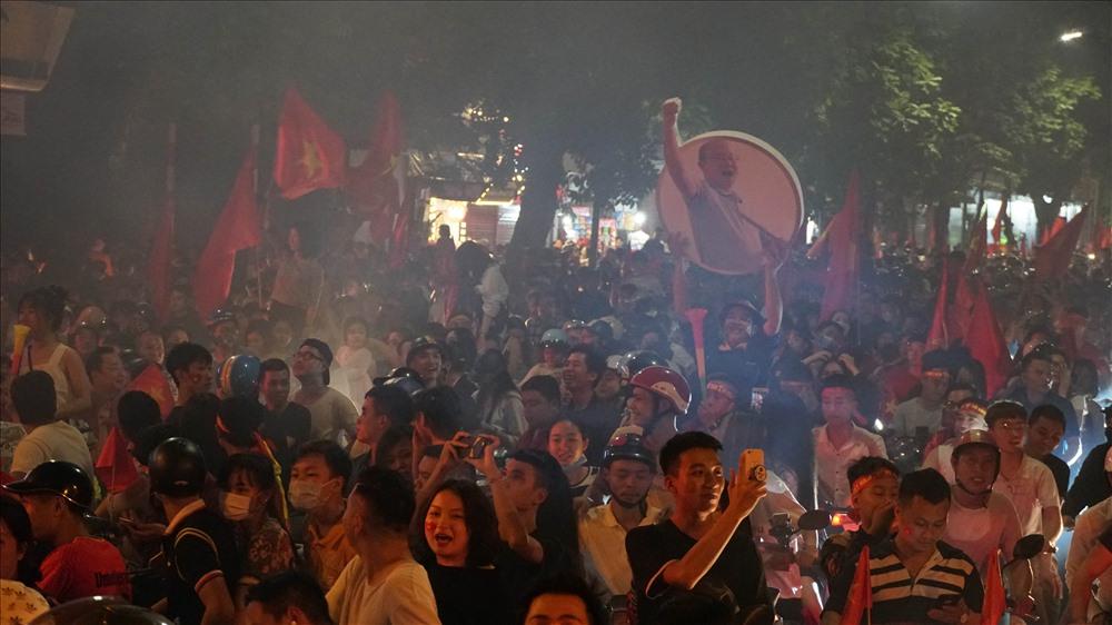 Những màn ăn mừng chiến thắng quen thuộc của cổ động viên Việt Nam sau chiến thắng của đội nhà.