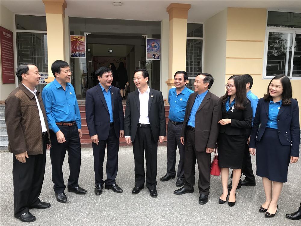 Chủ tịch Bùi Văn Cường (thứ ba từ trái sang) cùng lãnh đạo tỉnh Lạng Sơn trao đổi với CBCĐ tỉnh. Ảnh: V.L