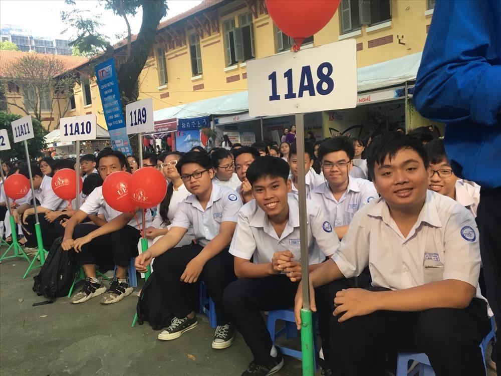 Các em học sinh hào hứng nhân ngày kỉ niệm