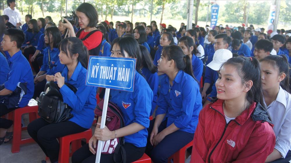 Đại biểu cùng đông đảo học sinh tham gia ngày khai giảng và kỷ niệm 10 năm thành lập trường