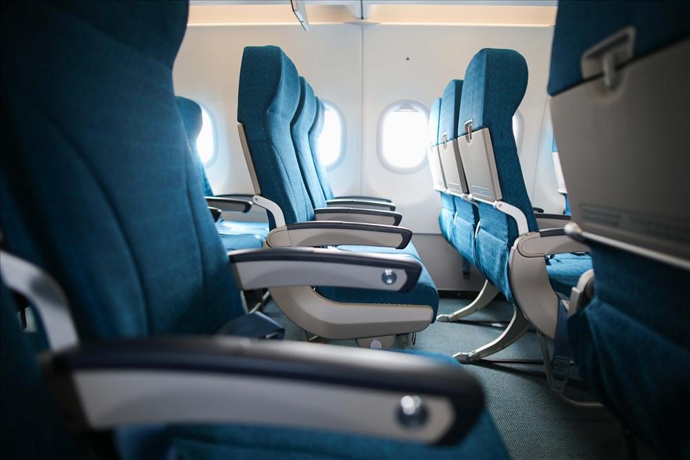 Ghế ngồi rộng 18 inch, thiết kế mỏng hơn phiên bản cũ tạo sự giãn cách lớn, mang đến không gian cá nhân rộng hơn và sự thoải mái tối đa cho hành khách.