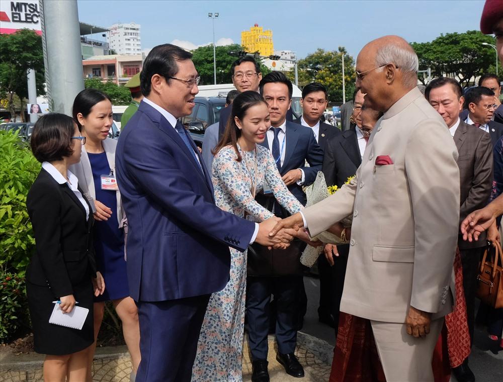 Đón Tổng thống Ấn Độ và Phu nhân có Chủ tịch UBND TP Đà Nẵng Huỳnh Đức Thơ; lãnh đạo Sở Ngoại vụ TP; lãnh đạo Sở Văn hóa - Thể thao TP; cùng các lãnh đạo Sở, ngành.