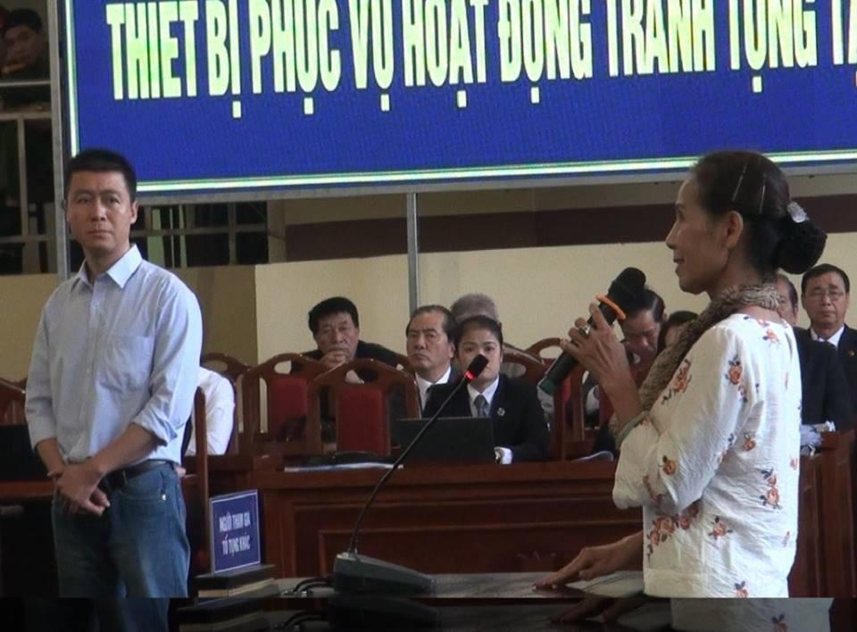 Phan Sào Nam quay lại nhìn mẹ với vẻ mặt khá buồn. Ảnh CN.