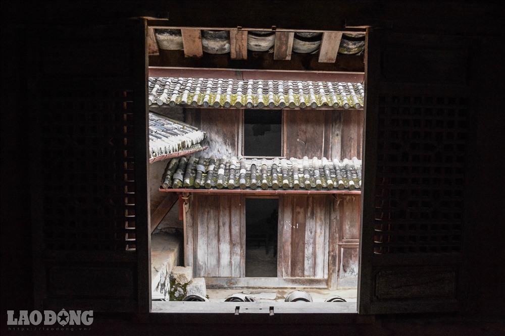 Dinh có 3 cung tiền - trung - hậu với 64 phòng lớn nhỏ, có sức chứa khoảng 100 người. Giữa các dãy nhà gỗ 2 tầng khép kín là một khoảng sân rộng đầy ánh sáng.