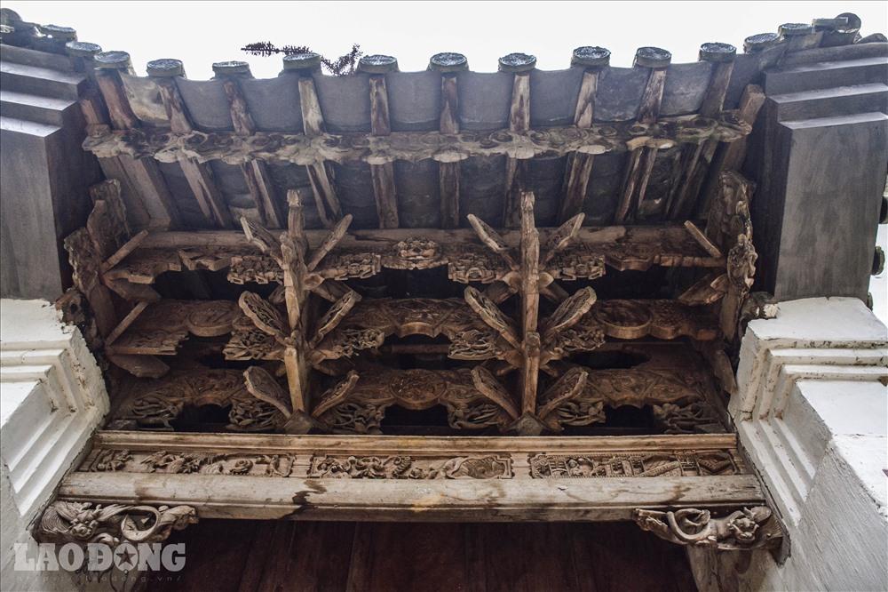 Nghệ thuật điêu khắc trong các phần của dãy nhà, mang đậm dấu ấn của dòng họ Vương, dấu ấn của hoạt động buôn bán thuốc phiện. Nhiều chi tiết bằng đá của tòa nhà được chạm khắc cầu kì, khéo léo mang các biểu tượng cho sự phú quý, hưng thịnh.
