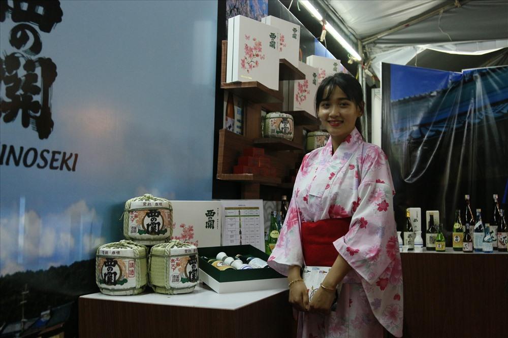 phụ nữ Nhật Bản lại vô cùng dịu dàng e ấp trong chính trang phục kimono truyền thống. Có thể nhận định, Kimono là đại diện tiêu biểu cho đặc trưng văn hóa Nhật. Đây là dịp để người dân ở TP.Cần Thơ tận mắt chiêm ngưỡng những bộ áo quần Kimono với nhưng hoa văn trang trí sặc sỡ, bắt mắt. Ảnh: BT