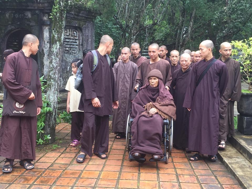 Thiền sư Thích Nhất Hạnh cùng các tăng ni, Phật tử dạo quanh chùa. Ảnh: PĐ.