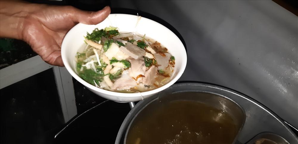 Bún nước lèo là một trong những đặc sản của tỉnh Trà Vinh. Đây là món bún của người Khmer được nấu từ mắm bò hóc và nhiều loại cá khác, ăn kèm với đủ loại rau sống và chả giò chiên, thịt heo quay. Được biết, mắm bò hóc được nấu cùng cá kèo, cá sặt, cá lóc, thêm nấm rơm, có thể thêm cả xương heo, thành hỗn hợp đậm đà, thơm ngào ngạt... Ảnh: Bảo Trung