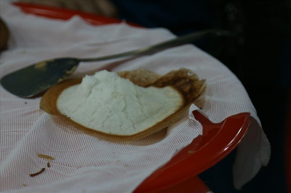 Cách làm bánh bò thốt nốt không đơn giản mà phải trải qua nhiều công đoạn cầu kỳ. Phải là người quen tay và biết công thức làm thì mới cho ra món bánh bò ngon và có màu sắc bắt mắt. Trái thốt nốt được chọn là trái già chín tới lấy đi gạn lấy bột. Tiếp đến là phần đường, đường thốt nốt là loại đường tán không lẫn tập chất. Người làm sẽ cho tất cả hỗn hợp vào một cái thau trộn đều cùng với một ít nước cốt dừa và một ít nước theo tỷ lệ vừa đủ và ủ kín qua đêm. Đặc biêt, Nhiều người còn thích ăn bánh bò thốt nốt cùng nước cốt dừa. Ảnh: Bảo Trung