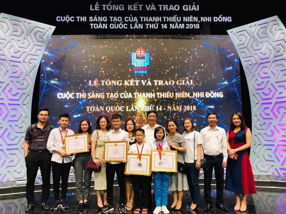 Hoàng Văn Yên (thứ 2 từ trái sang) nhận giải nhì tại cuộc thi sáng tạo dành cho thanh thiếu niên, nhi đồng toàn quốc lần thứ 14 - Ảnh NVCC