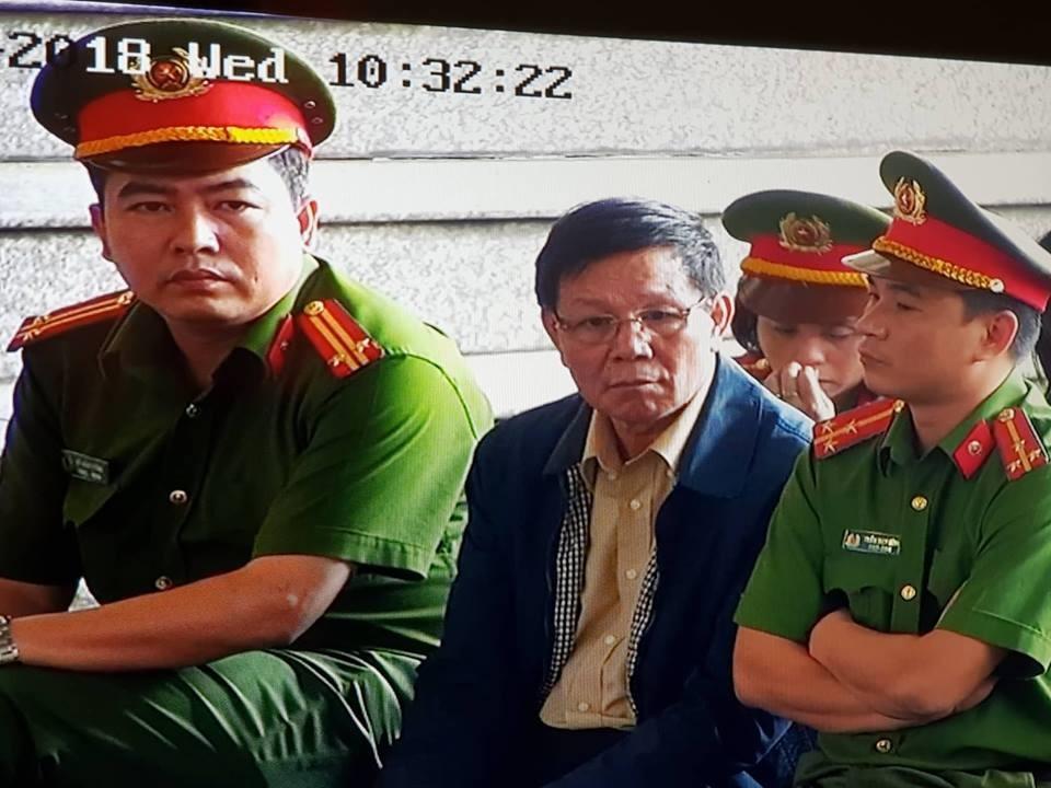 Bị cáo Phan Văn Vĩnh nghe đại diện VKS đề nghị mức án về mình. Ảnh Cao Nguyên.